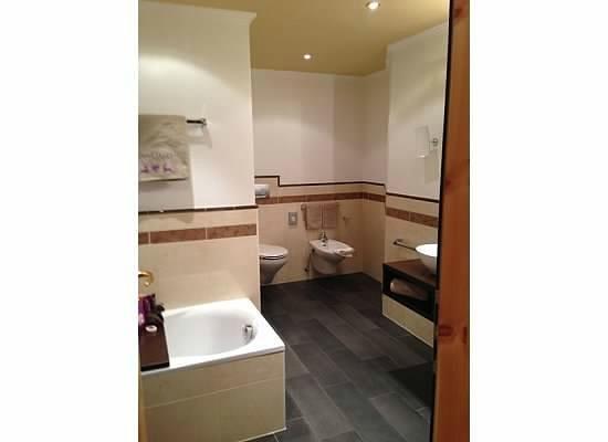 Alpin Garden Wellness Resort - Adults Only : Huge bathroom