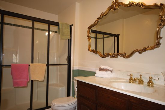 Arrowhead Lake Inn: Enjoy a nice hot shower in the privacy rest room in Love Letter