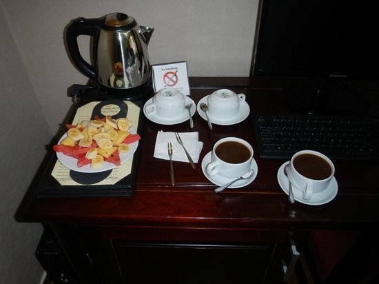 Hanoi Finnegans Hotel: Coffee and Fruit in room upon arriving
