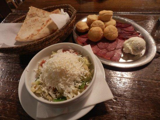 Sarajevo '84: fantastico piatto di salumi e formaggio, pane 'lepinja' e insalata shopska