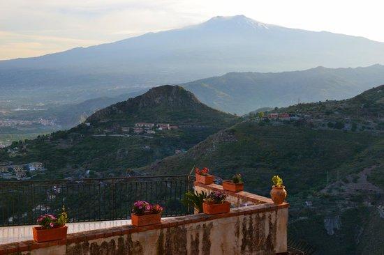 Villa Bianca Resort: Вид на Этну из Кастельмоло