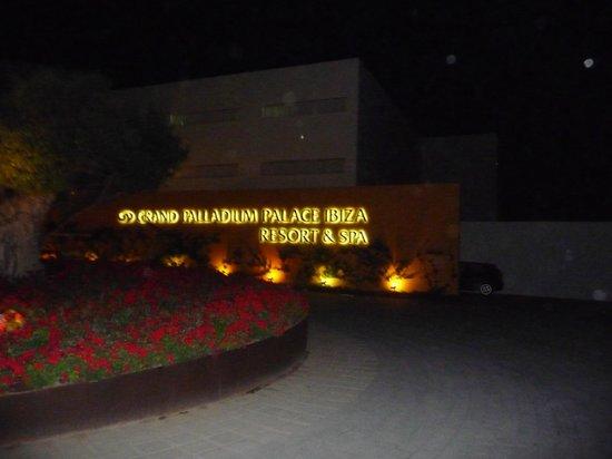 Grand Palladium Palace Ibiza Resort & Spa: Acceso a la recepción del hotel