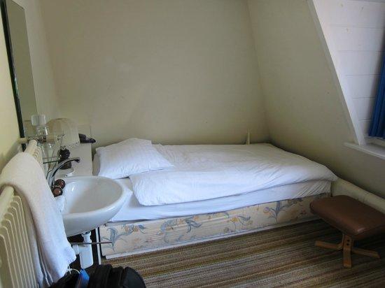 Hotel de la Paix : Room 430 Backpacker Corner