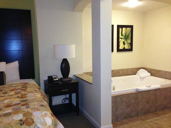 The Grandview at Las Vegas: Bedroom and jacuzzi tub area (separate shower in bathroom is available)