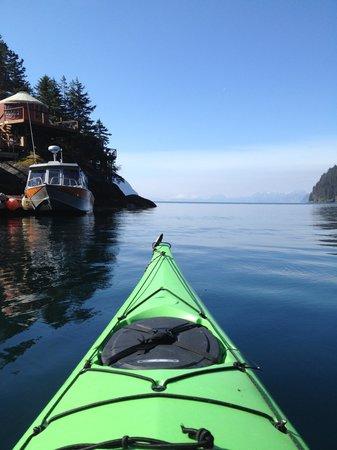 Orca Island Cabins: kayaking around the cove