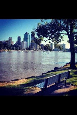 Kangaroo Point Cliffs Park: river park below cliffs...view towards Eagle St Brisbane and Storey bridge