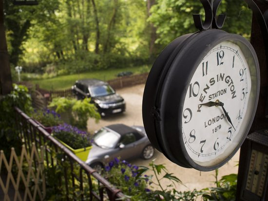 Logis Auberge le Voutenay : not sure how this clock got here
