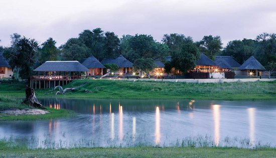 Sabi Sand Game Reserve, Νότια Αφρική: Arathusa Safari Lodge flanking a massive waterhole