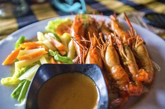 Karangasem, Indonésia: White Sand Beach - Padang - Bali - Indonesia - Wandervibes - shrimp at the restaurant