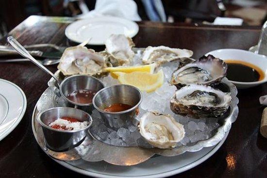 Joe Fortes Seafood & Chop House: Austern zur Happy Hour