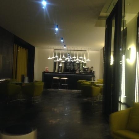 H10 Port Vell: hotel bar