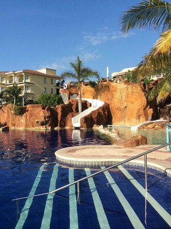 Hotel Marina El Cid Spa & Beach Resort: Rock wall with dive and slide