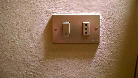 Hotel Emma: Electrical outlet