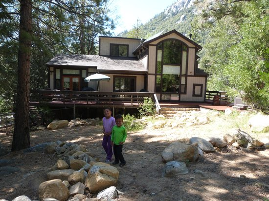 Woodland Park Manor: Kids in the Backyard - Check out the view of Tahquitz Rock