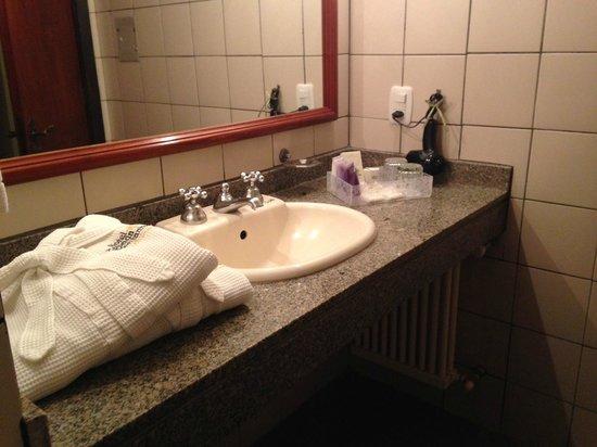 Hotel Casa da Montanha: Roupão e secador no banheiro
