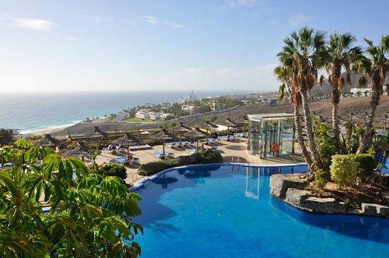 Ambar Beach Resort & Spa: Vista dalla Hall, si nota il dislivello fino al mare.
