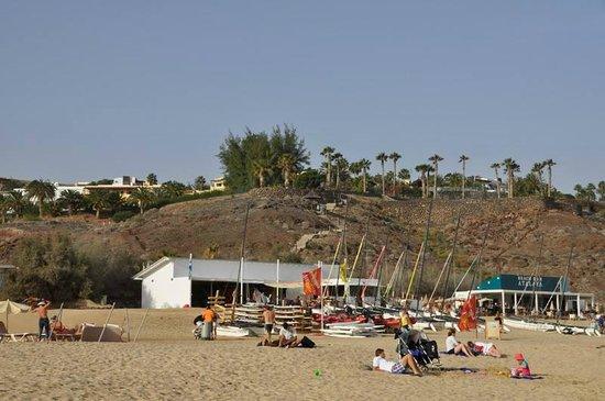 Ambar Beach Resort & Spa: Spiaggia (libera) con ristorante non dell'Hotel.