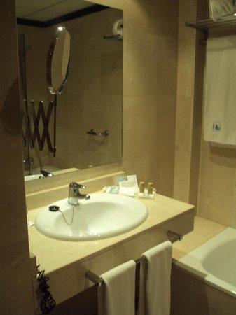 Eurostars Plaza Acueducto: Baño de habitación doble estándar.