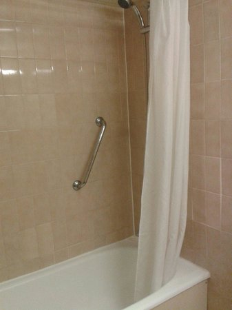 Britannia Nottingham Hotel: Bath with shower above 608