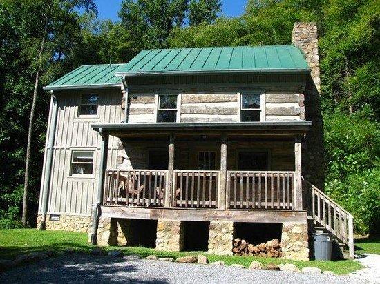 Richard's Retreat at Cabins at Crabtree Falls