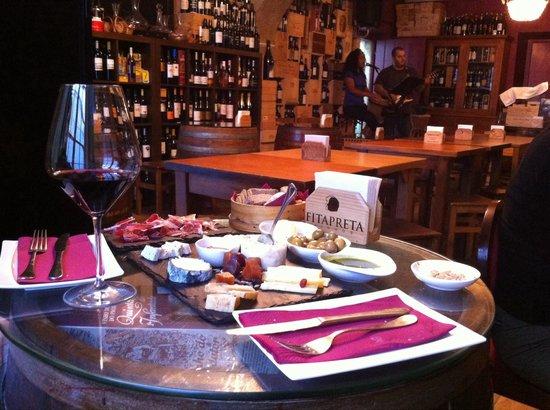 Grapes & Bites: Assiette de fromages portugais, patta negra et verre de Douro...