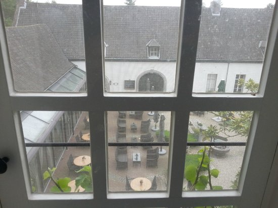 Kasteel Daelenbroeck: uitzicht vanuit badkamer op binnenplaats