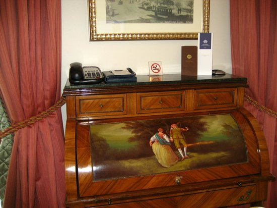 King George, A Luxury Collection Hotel : desk in the room
