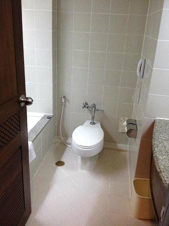 The Imperial Hotel and Convention Centre Korat: Bathroom