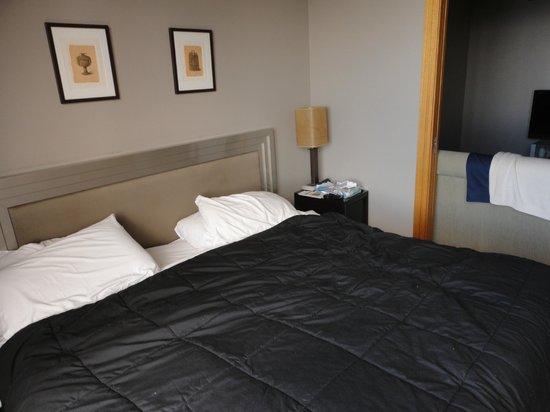 Metro Suites Apartment Hotel: Habitación con sommier king