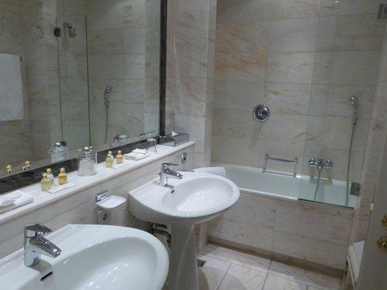 Excelsior Hotel Ernst : Bathroom