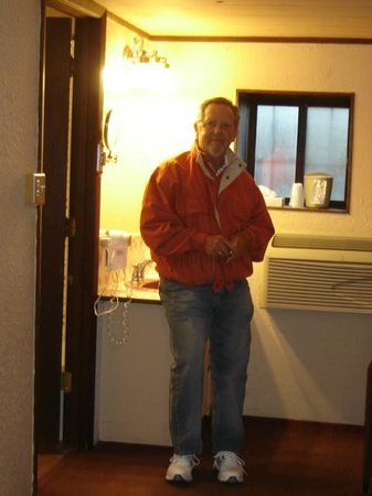 Sagebrush Inn & Suites: Sink was outside of bathroom
