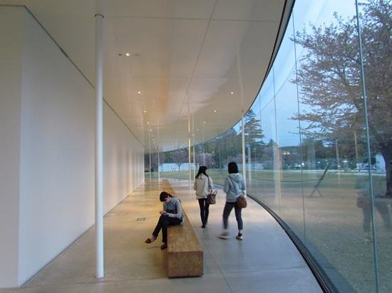 21st Century Museum of Contemporary Art : Inside/outside perimeter space along the glass skin