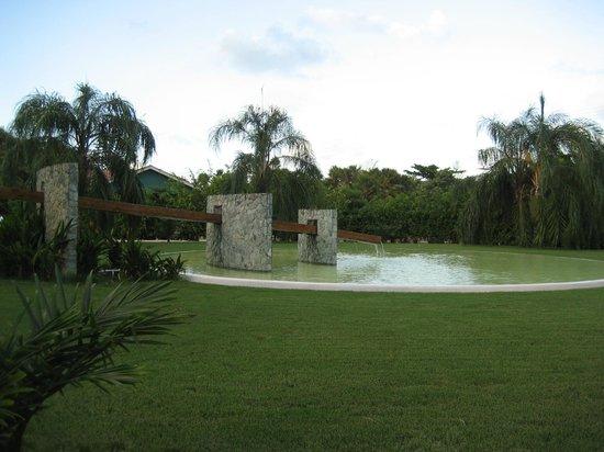 Belize Ocean Club Resort: Fountain on Lagoon Side