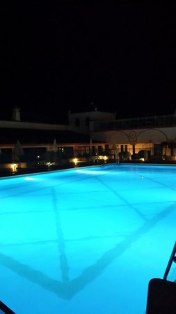 Globales Cortijo Blanco: The pool at night
