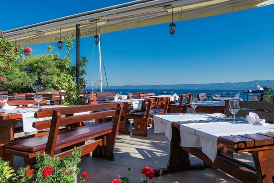 Restaurant Santo: The terrace with sea view, sun shade available