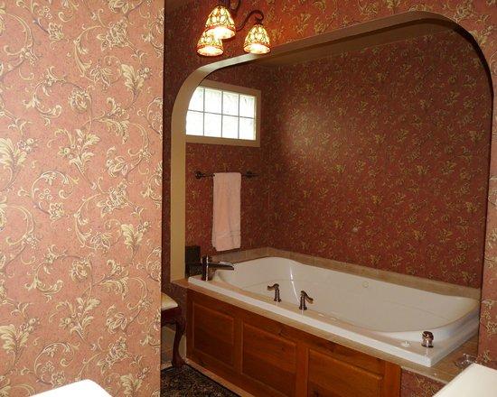 Halsey House: Jacuzzi Tub