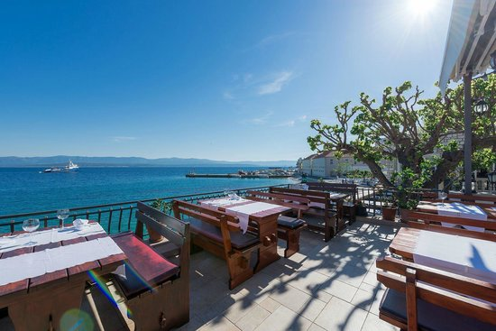 Restaurant Santo: The view to sea & harbour