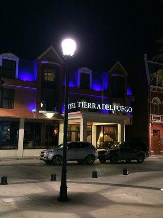 Fachada Hotel Tierra del Fuego nocturna