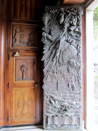 Chiesa di San Martino: Stunning bronze door
