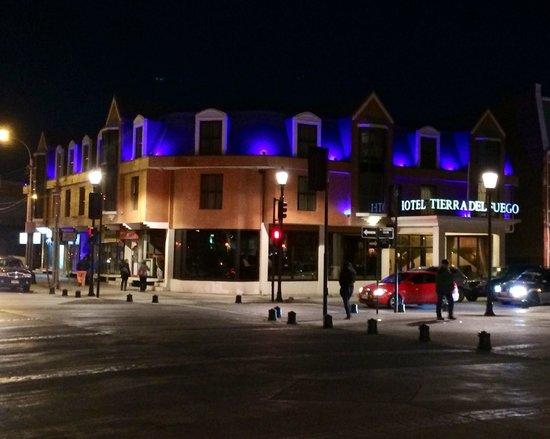 Fachada Hotel Tierra del Fuego de noche