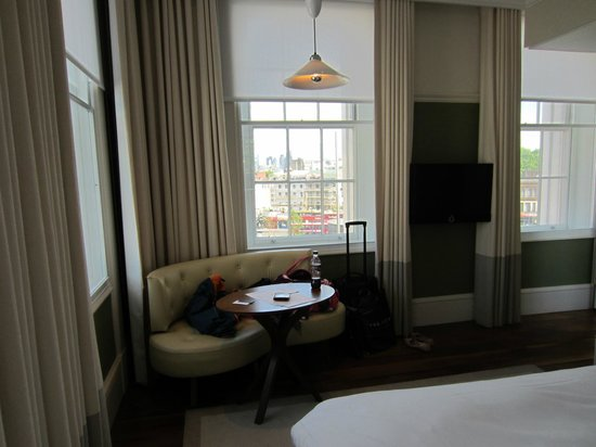 Great Northern Hotel, A Tribute Portfolio Hotel: Spacious corner room (325)