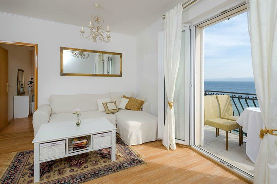 Apartments Santo: living area with sea view