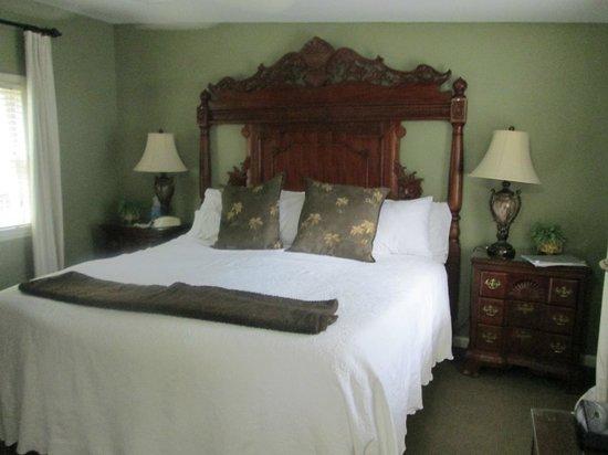 Savannah Bed & Breakfast Inn: The bedroom on the upper floor of the Lane Cottage
