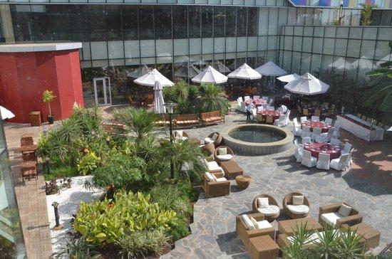 Talatona Convention Hotel : Jardim e esplanada no Hotel Convenções Talatona-Luanda