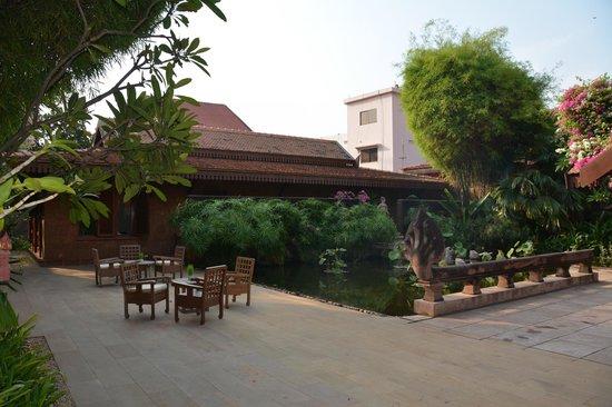 Belmond La Residence d'Angkor: Terrace by the pool