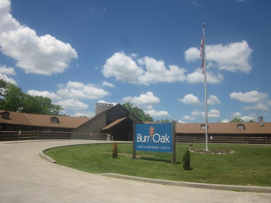 Burr Oak Lodge and Conference Center: Front of Lodge