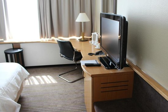 Swissotel Zurich : The television and desk space