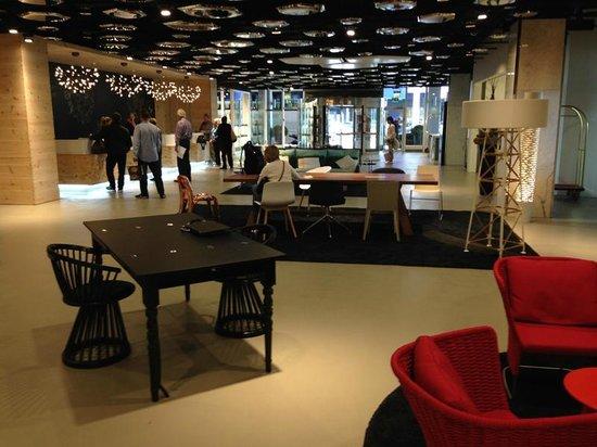 Swissotel Zurich : The very modern hotel lobby