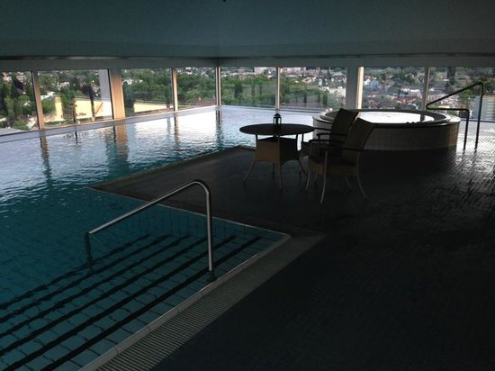Swissotel Zurich: The swimming pool and jacuzzi on the 32nd floor