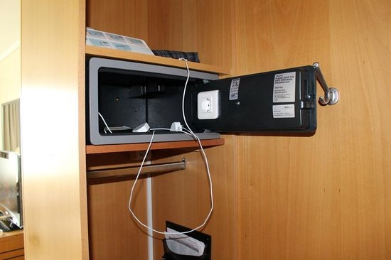 Swissotel Zurich: The safe complete with plug